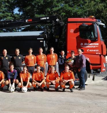 Zand- en Grindhandel D. Huenestein sponsort wedstrijdtenues DSV 2.